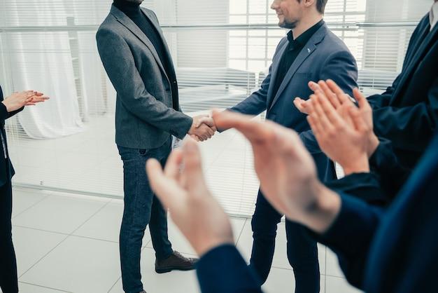 Compañeros de trabajo dándose la mano unos a otros