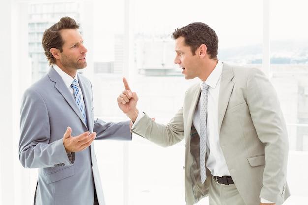 Compañeros de trabajo en discusión en la oficina