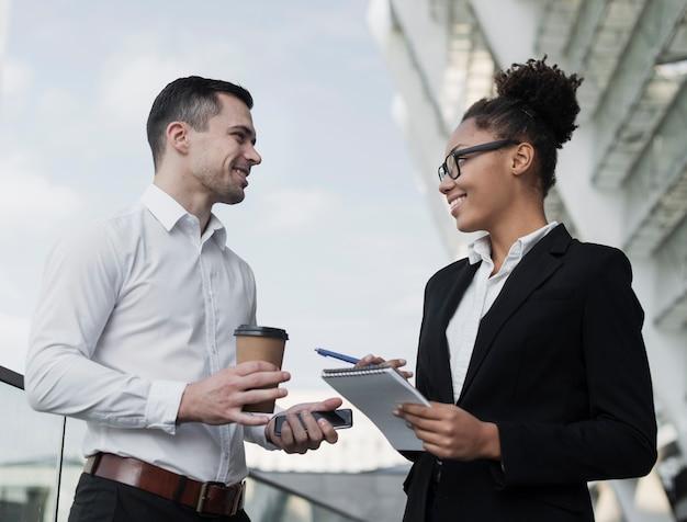 Compañeros de trabajo discutiendo ideas de negocios