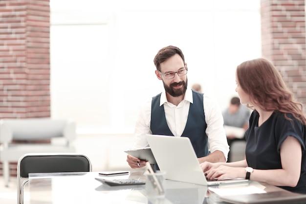 Compañeros de trabajo discutiendo nuevas ideas en la oficina.foto con espacio de copia