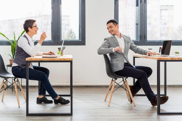 Compañeros de trabajo discutiendo nuevo proyecto en la oficina