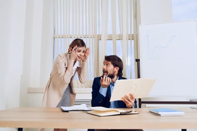 Compañeros de trabajo escritorio oficina comunicación equipo de finanzas