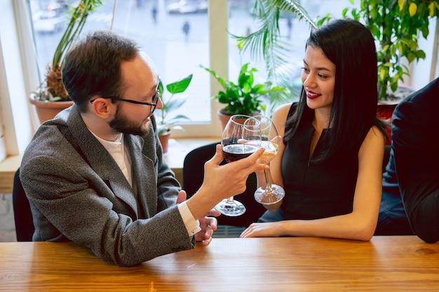 Compañeros de trabajo felices celebrando mientras la fiesta de la empresa y el evento corporativo