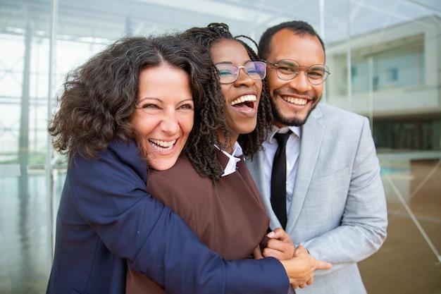 Compañeros de trabajo feliz abrazando