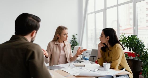 Compañeros de trabajo hablando de un proyecto en una reunión