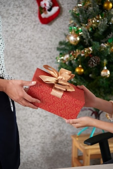 Compañeros de trabajo intercambiando regalos en la fiesta de navidad en la oficina