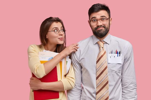 Compañeros de trabajo jóvenes en ropa formal Foto gratis