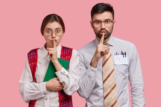 Compañeros de trabajo jóvenes en ropa formal