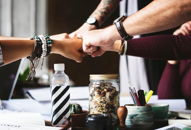 Compañeros de trabajo juntos trabajo en equipo oficina de trabajo