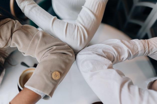 Compañeros de trabajo en máscaras protectoras dando cinco con los codos