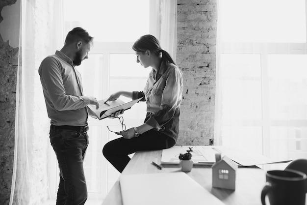 Compañeros de trabajo masculinos y femeninos que trabajan juntos en la oficina
