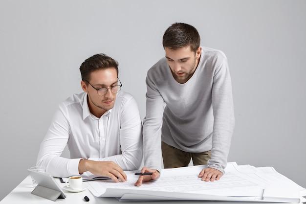 Compañeros de trabajo masculinos haciendo trámites
