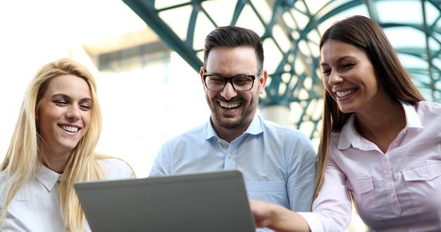 Compañeros de trabajo mirando tableta en la oficina en el lugar de trabajo