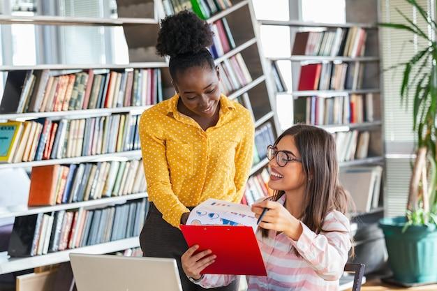 Compañeros de trabajo de mujer de negocios están trabajando con laptop hablando compartiendo ideas de negocios en la oficina moderna