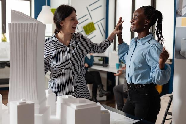 Compañeros de trabajo multiétnicos de arquitectura en asociación