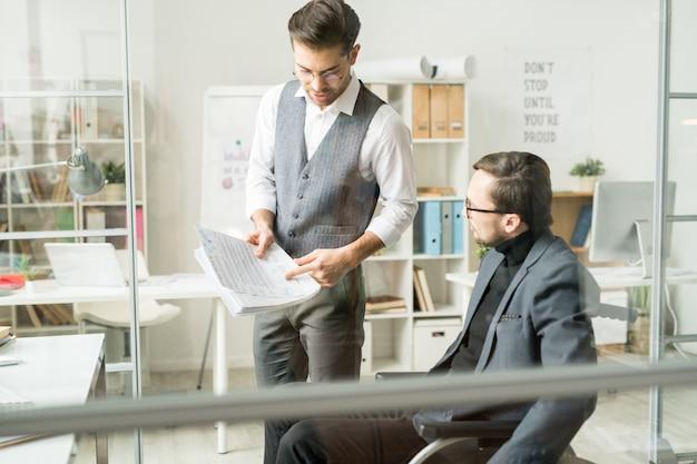 Compañeros de trabajo de negocios discutiendo informe