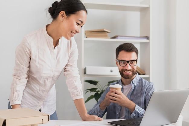 Compañeros de trabajo en la oficina trabajando juntos