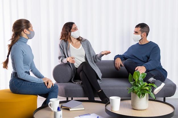 Compañeros de trabajo de plano completo comunicándose