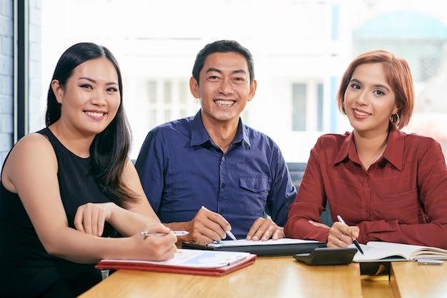 Compañeros de trabajo positivos sonriendo