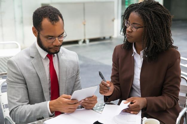 Compañeros de trabajo que estudian informes