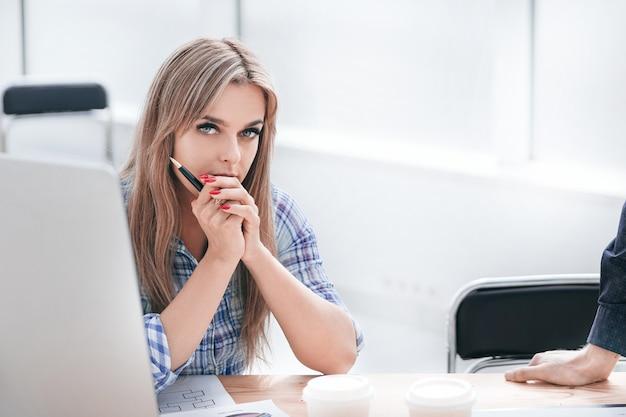 Compañeros de trabajo que trabajan con documentos financieros en la oficina