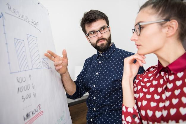 Compañeros de trabajo que trabajan en la estrategia de la empresa