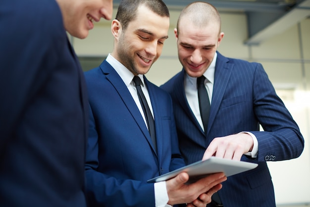Compañeros de trabajo revisando el informe