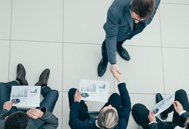 Compañeros de trabajo saludándonos en una reunión de negocios