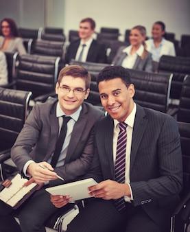 Compañeros de trabajo sonrientes mirando una tablet
