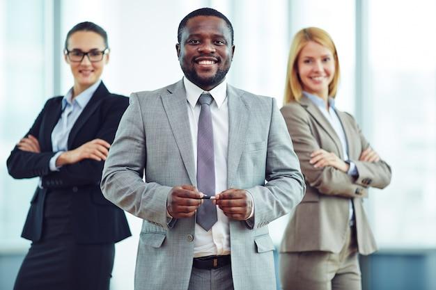 Compañeros de trabajo teniendo una actitud positiva