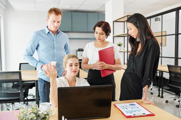Compañeros de trabajo trabajando en equipo