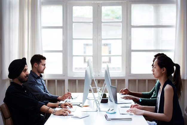 Compañeros de trabajo trabajando juntos