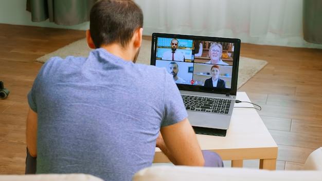 Compañeros de trabajo en videoconferencia en tiempos de pandemia global.