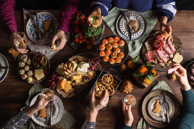 Compañía de amigos reunidos para la cena de navidad