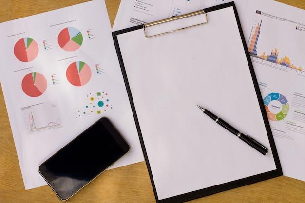 La compañía analiza los estados financieros anuales de la compañía, equilibra el trabajo con documentos gráficos.