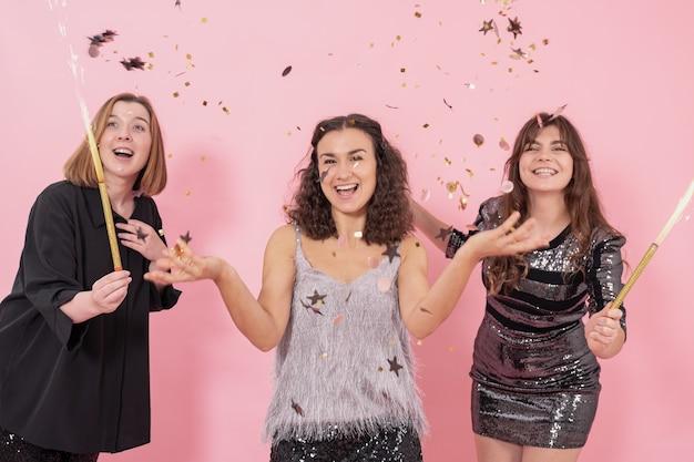 La compañía de chicas se divierte celebrando el año nuevo y la navidad