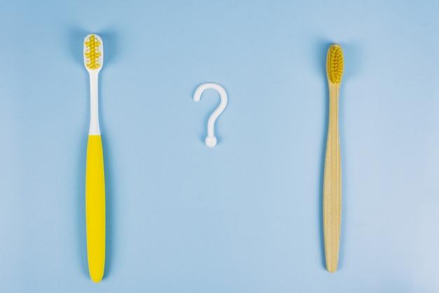 Comparación de un cepillo de dientes de plástico y uno de madera.