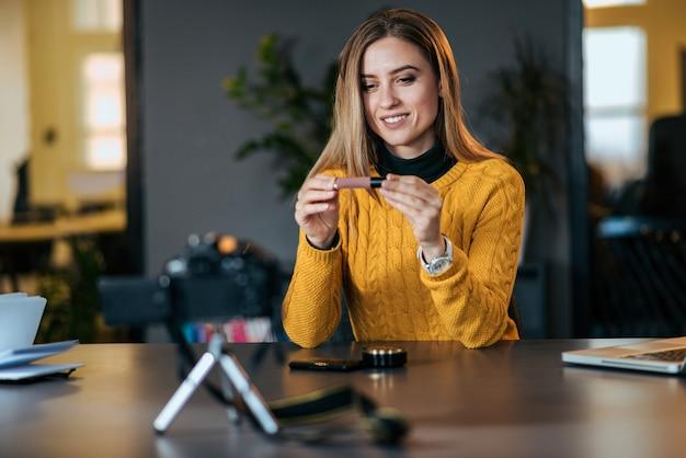Compartiendo experiencias. mujer joven haciendo un video para su blog sobre cosméticos.