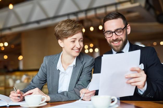 Compartir ideas con un compañero de trabajo