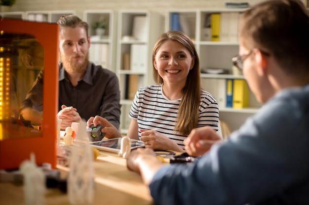 Compartir ideas creativas con colegas