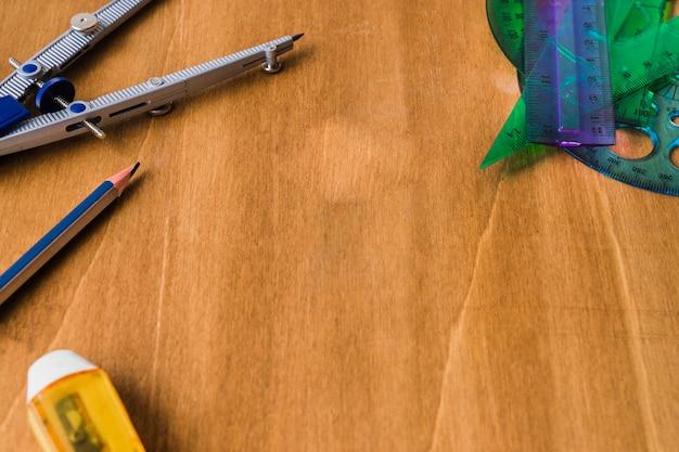 Compás, lápiz, goma y reglas