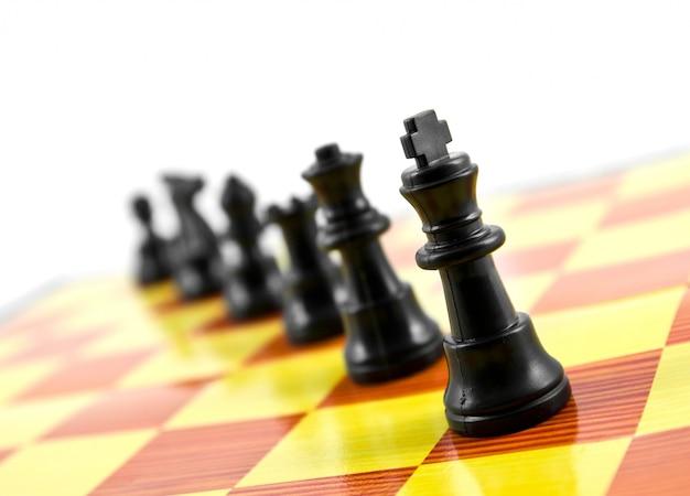 Competencia de ajedrez concepto de estrategia de caballero