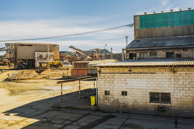 Complejo de edificios mineros de una antigua empresa minera en rio tinto