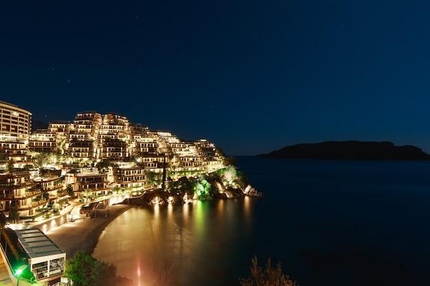Complejo hotelero para ricos dukley gardens en budva, montenegro. foto nocturna en luna llena, cielo estrellado.
