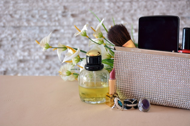 Complementos para mujer, compuesto de bolsos, maquillaje, gafas de sol y joyas