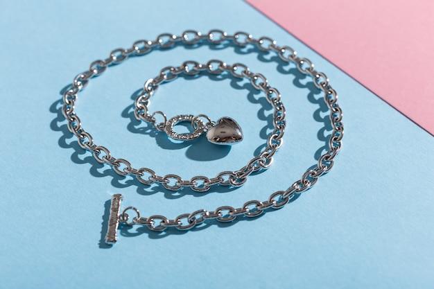 Complementos perfectos. conjunto de joyas de moda. bisutería y bisutería. vista superior.
