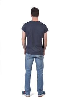 Completo retrato de un hombre de espalda con los brazos cruzados sobre blanco