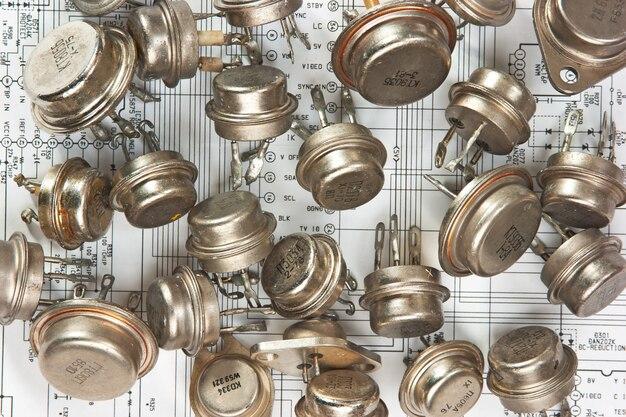 Componentes electrónicos viejos se encuentran en el diagrama de cableado