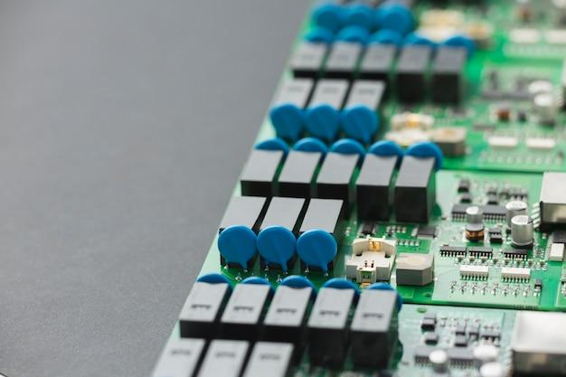 Componentes de la placa de circuito de primer plano