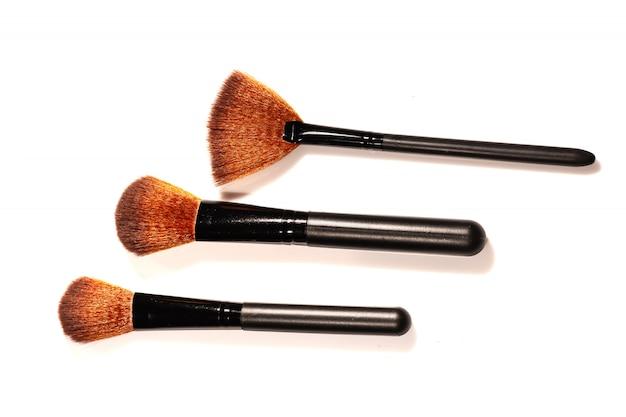 Componga el colorete del polvo del cepillo aislado en el fondo blanco.